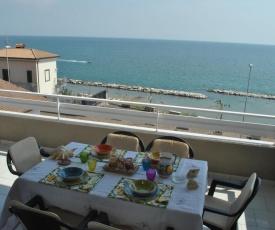 Casa Nina, elegante appartamento fronte mare e vicino alla spiaggia